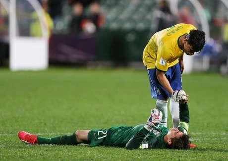 Danilo e Jean ficam desconsolados com gol da Sérvia no final