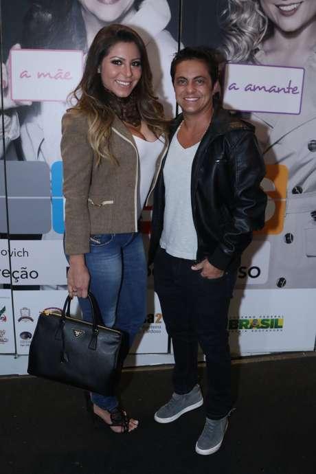 Thammy Miranda e Andressa Ferreira prestigiaram a pré-estreia da peça Loucas por Eles, em cartaz no Teatro Augusta, em São Paulo
