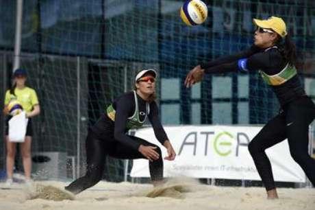 Juliana controla a bola durante partida contra Borger e Büthe