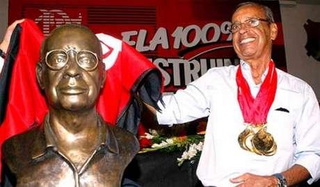 Carlinhos ao lado de seu busto na sede do Flamengo, em 2008
