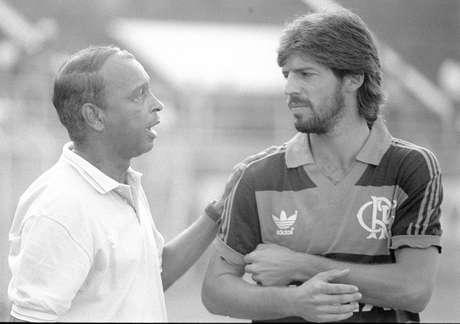 Carlinhos (esq.) foi um dos técnicos mais identificados com a torcida do Flamengo