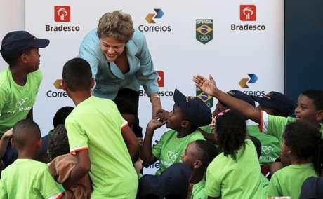 Presidente Dilma Rousseff cumprimenta crianças durante cerimônia de comemoração do Dia Olímpico, no Rio de Janeiro. 23/06/2015