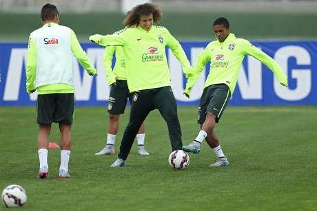 Reservas, David Luiz e Douglas disputam jogada em treino mais intenso