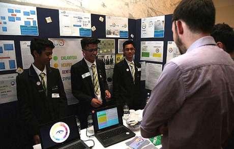 Um grupo de estudantes entre 13 e 14 anos da Isaac Newton Academy, em Londres, ganhou um prêmio por criarem uma camisinha inteligente