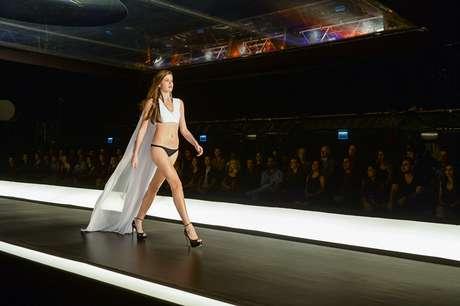 Na novela, a atriz Camila Queiroz interpreta Angel, uma modelo novata que é apresentada ao book rosa em seu primeiro trabalho