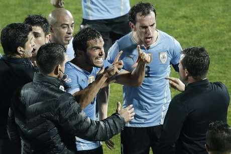 Godín se revoltou com a arbitragem brasileira no Chile x Uruguai