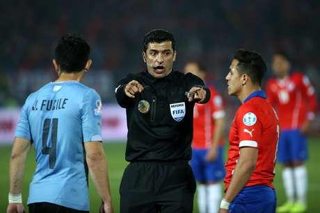 Sandro Meira Ricci teve desempenho controverso no Chile x Uruguai desta 4ª