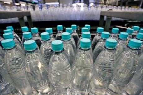 Muchos prefieren ingerir exclusivamente agua embotellada. Y esto tiene consecuencias para la salud bucal.