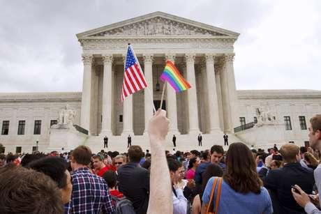 Centenas de pessoas comemoram a liberação do casamento gay do lado de fora da Suprema Corte em Washington, depois de o tribunal declarar que casais do mesmo sexo têm o direito de se casar em qualquer lugar dos EUA