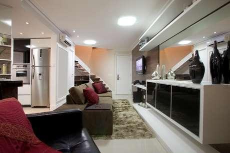 Espelhos em algumas paredes aumentam sensação de amplitude do ambiente