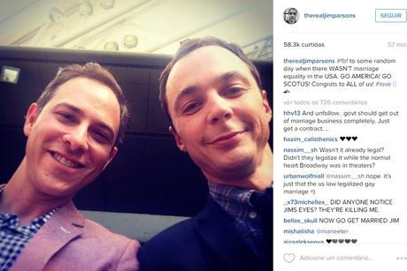 """Jim Parsons (à dir), que interpreta Sheldon na série The Big Bang Theory, postou uma foto com o companheiro, Todd Spiewak, com a seguinte mensagem: """"Para um dia aleatório quando não havia casamento igualitárionos Estados Unidos. Vai América! Vai Scotus! Parabéns a todos nós"""""""