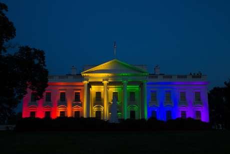 Fachada da Casa Branca foi iluminada com as cores do arco-íris