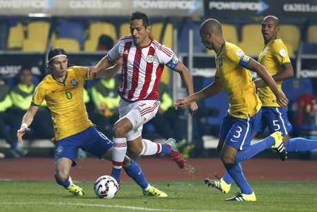 Paraguaio Roque Santa Cruz tenta passar pela marcação brasileira em jogo de 2015