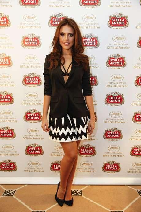 Paloma Bernardi também aderiu à moda, combinando o sutiã de tiras com blazer preto e saia branca e preta