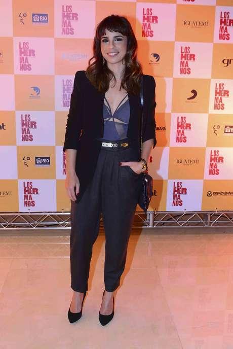 Maria Ribeiro finalizou o look de blazer e calça com top de tiras