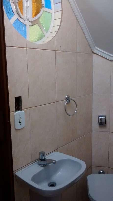 Apostar em cimentos nas paredes e louças simples é maneira fácil e barata de remodelar o banheiro