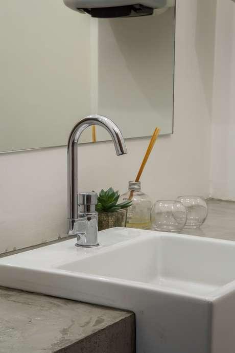 Louças simples, shape mais quadrado e poucos acessórios e enfeites também são bem-vindos na decoração estilo industrial