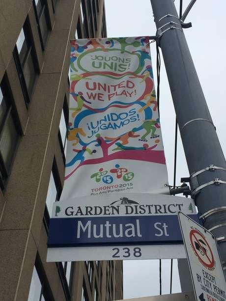 Pelas ruas de Toronto, cartazes sobre o Pan são espalhados para tentar animar canadenses