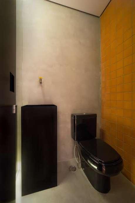Os ladrilhos podem ser encontrados em cemitérios de azulejos, têm custo baixíssimo e trazem cor na medida ao banheiro