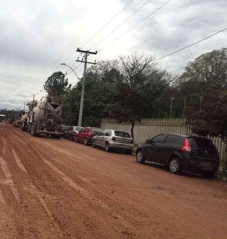 Tráfego de caminhões espalhou terra pela rua Aurora