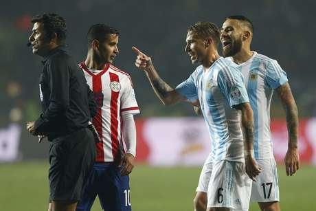 Sandro Meira Ricci ouve reclamações de argentinos