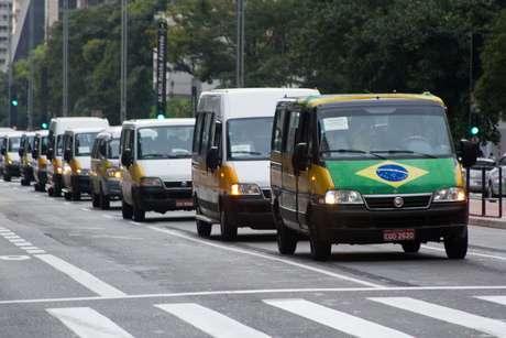 Grupo de motoristas de vans escolares segue em carreata pela Avenida Paulista, em direção à Praça Charles Muller, onde fazem um protesto na manhã desta quarta-feira