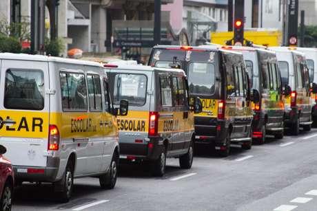 Grupo de motoristas de vans escolares segue em carreata pela Avenida Paulista, em direção à Praça Charles Muller