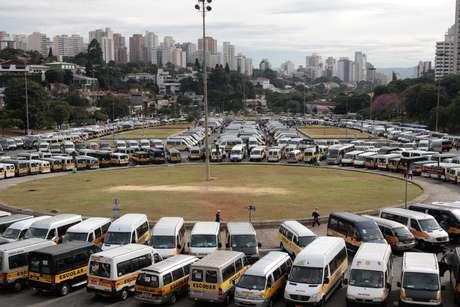 Motoristas de vans escolares protestam na Praça Charles Miller, em frente ao Estádio do Pacaembu, Zona Sul de São Paulo