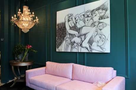 Arte em P&B e sofá e parede cloridos valorizam cada elemento e dão harmonia ao conjunto