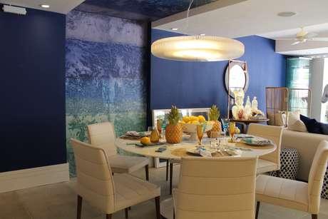 Cor vibrante ressalta móveis e demais elementos decorativos do ambiente