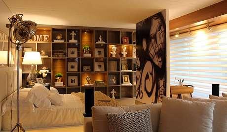 Arte em grande dimensão aparece sob a forma de adesivo dividindo dormitório da escrivaninha