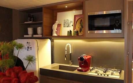 Pequena cozinha é integrada à sala, no Home Studio da Casa Cor RS 2015