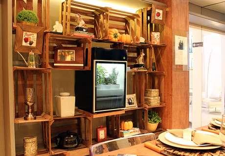 Sustentável e funcional, a estante foi feita com caixotes de fruta reciclados