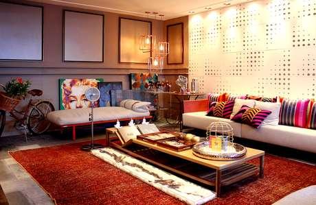 Ambiente descolado tem pinturas apoiadas no chão e molduras vazias na parede