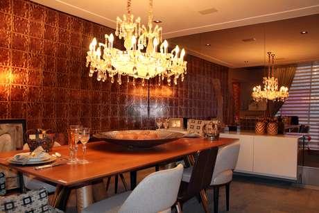 Papel de parede reproduz o visual de placas de bronze, no Life Style Luxo