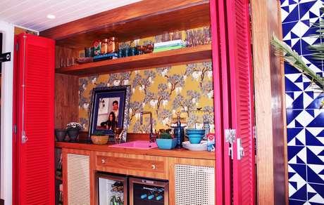Portas permitem esconder a pequena cozinha quando o espaço não estiver em uso