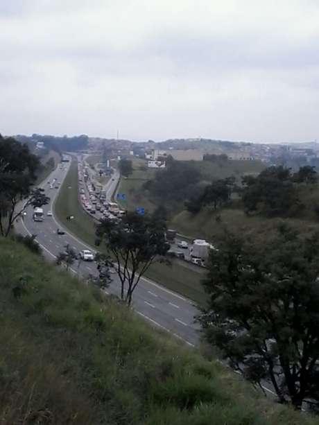 Colisão provocou congestionamento na pista da direita