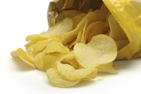 Troque a batata chips por chips de soja ou por legumes fatiados e assados em casa.