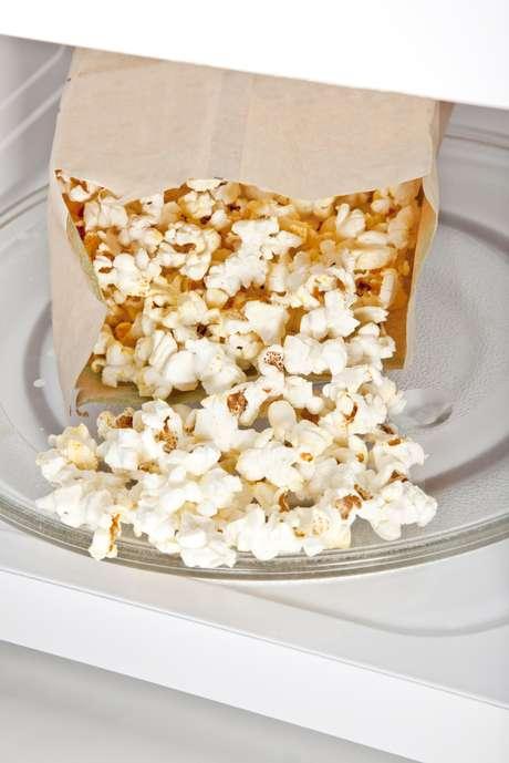 Faça a pipoca na panela, com milho e óleos vegetais.