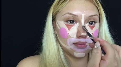Os próximos passos são contorno rosado ao redor da boca e clarear mais algumas partes do rosto