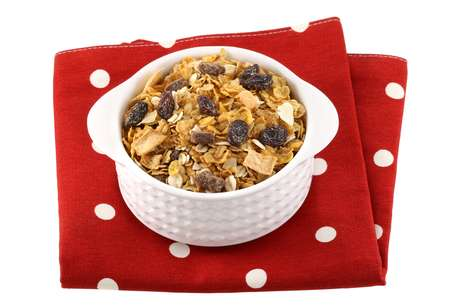 Para comer cereal sem correr o risco de danificar o aparelho, triture e jogue por cima de uma fruta ou iogurte, por exemplo