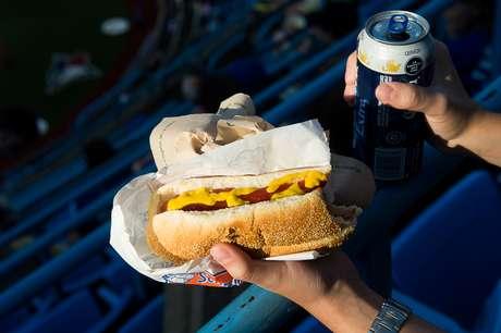 Cachorro-quente e cerveja têm preço salgado dentro de estádio
