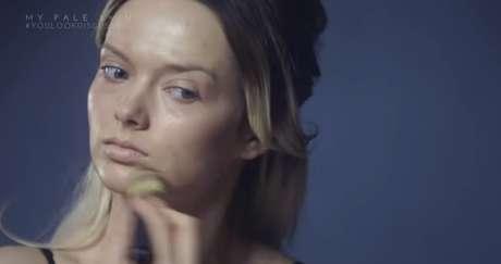 No vídeo, aparece se maquiando para esconder a acne
