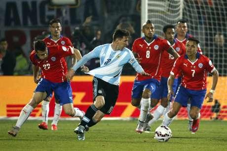 Messi buscou jogo e tentou fazer a Argentina jogar, mas marcação do Chile foi sufocante
