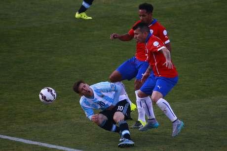 Messi levou um chute de Medel na barriga