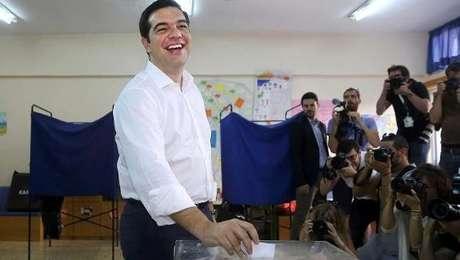 Tsipras diz que hoje povo toma em suas mãos seu destino