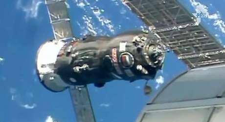 Momento em que a nave de carga Progress M-28M se acopla com sucesso à ISS