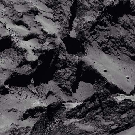 A sonda Rosetta divulgou esta imagem da superfície do cometa 67P