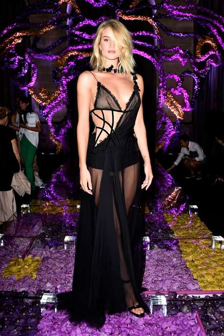 Rosie Huntington-Whiteley usou longo preto transparente que evidenciou as curvas