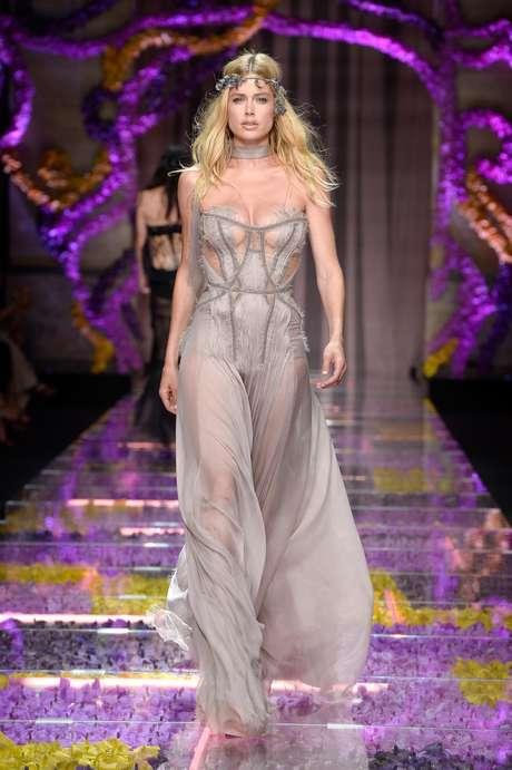 A modelo Doutzen Kroes no desfile do Atelier Versace